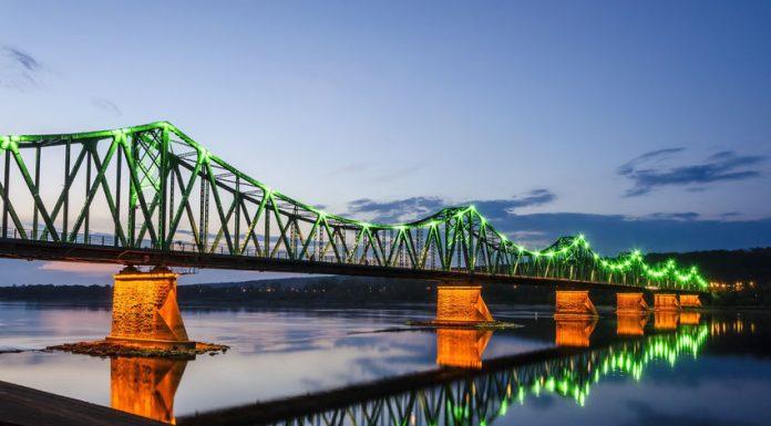 Oświetlony most we Włocławku o zachodzie słońca