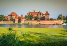 Widok na zamek w Malborku i rzekę Nogat